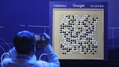 El programa de inteligencia artificial de Google basado en el milenario juego chino de estrategia llamado Go tiene nueva versión. Totalmente autodidacta, Alpha Go Zero, como la han bautizado, ha sido capaz de aprender por sí sola el juego y ganar sie