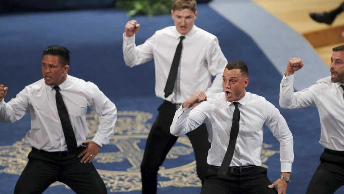 Los jugadores de la selección de rugby de Nueva Zelanda han ejecutado su célebre haka en el Teatro Campoamor de Oviedo, justo después de recoger el Premio Princesa de Asturias de los Deportes. Conrad Smith, Jordie Barrett, Israel Dagg y Keven Mealamu