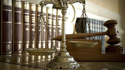 En un estado democrático de Derecho, la ley debe cumplirse...