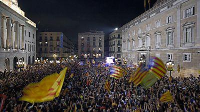 Los independentistas celebran la declaración del Parlament en la plaza de Sant Jaume