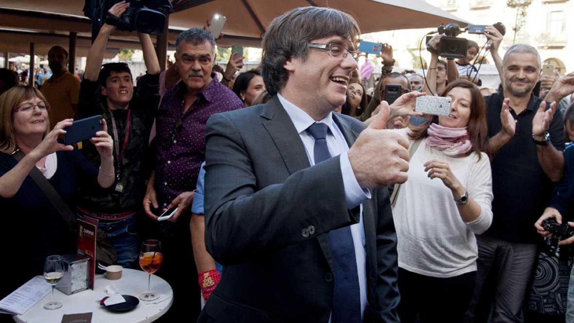 Puigdemont recibe el apoyo de ciudadanos de Girona el día después de la declaración de indepdendencia