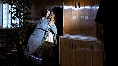 El Ministerio del Tiempo - ¿Por qué besa Lola a Pacino?