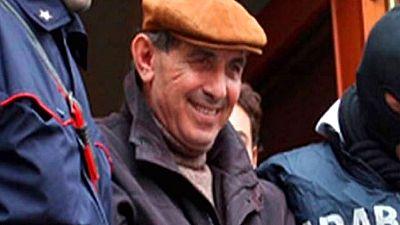 Un capo de la mafia intenta asesinar a su hija por que se enamoró de un carabinero.