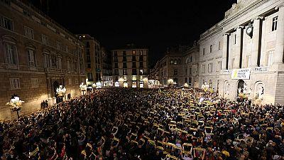 Miles de personas exigen la libertad de los exconsellers en Cataluña