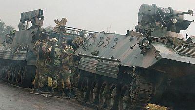 """El Ejército de Zimbabue toma el poder para limpiar de """"criminales"""" el gobierno y dice que Mugabe está """"a salvo"""""""