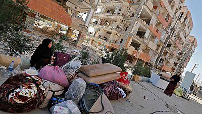 Los afectados por el terremoto en Irán buscan refugio mientras arrecian las críticas contra las autoridades