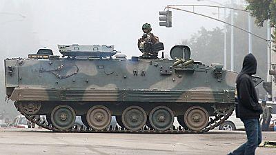 El ejército de Zimbabue asume el control del país y retiene el presidente, Robert Mugabe