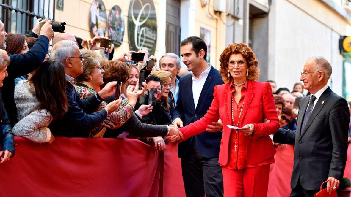 Sophia Loren descubre su estrella en el Paseo de la Fama de Almería