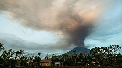 Alerta máxima por la erupción de un volcán en Bali