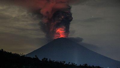 """La Agencia para el Desastre de Indonesia ha elevado el nivel de alerta al máximo ante una """"inminente erupción"""" del volcán Agung en Bali y ha ordenado la evacuación de 100.000 personas, todos los residentes en un radio de entre 8 y 10 kilómetros del v"""