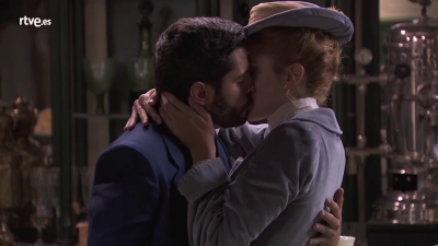 Acacias 38 - Elvira besa a Víctor