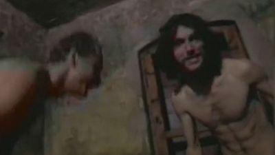 Un vídeo con personas desnudas jugando en un campo de concentración nazi desata una ola de críticas