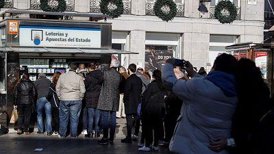 Largas colas en las administraciones de Lotería de toda España a quince días del sorteo