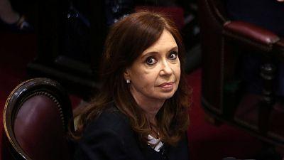Un juez argentino ha procesado a la expresidenta de Argentina y actual senadora Cristina Fernández por presunto encubrimiento de los iraníes acusados del atentado a una mutua judía de Buenos Aires en 1994, y ha pedido al Senado que vote despojarla de