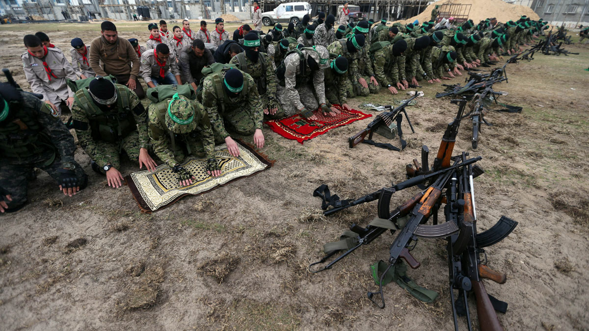 Militantes de Hamás durante el rezo