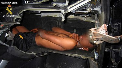 Rescatan a un niño cuando trataba de acceder de forma irregular a Melilla en el salpicadero de un coche