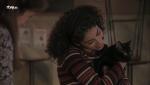 Servir y proteger - María regala un gatito a Salima para que no se sienta sola