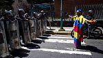 Las fuerzas de seguridad dispersan una marcha en Venezuela que homenajeaba al expolicía Óscar Pérez