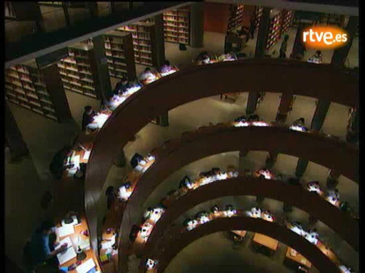 Informe Semanal analiza como la UNED ha dado la oportunidad a miles de personas de estudiar una carrera.