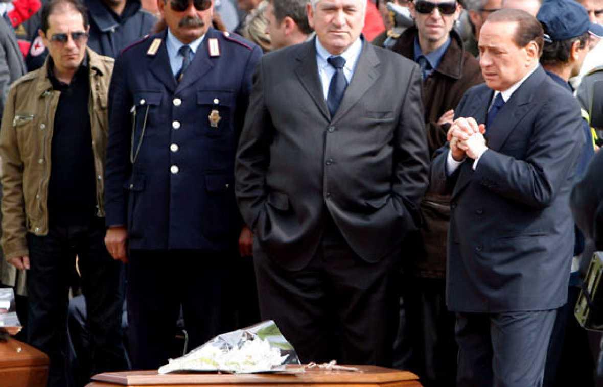 El cardenal Bertone ha presidido el funeral de Estado de las víctimas del terremoto que ha azotado el centro de Italia, en el que los familiares han llorado a sus allegados.