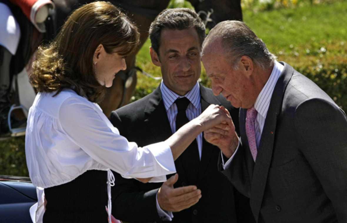 Sarkozy y Bruni aterrizan en España.
