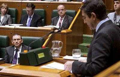 El candidato socialista a la Lehendakaritza, Patxi López, ha tendido la mano a Ibarretxe en su discurso de investidura. Le ha agradecido el trabajo realizado y le ha invitado a entenderse.