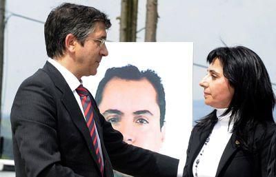 """En el primer aniversario de la muerte del guardia civil Juan Manuel Piñuel su viuda ha recordado la memoria de una de las últimas víctimas de ETA, recordando que """"murió para ayudar a los demás""""."""