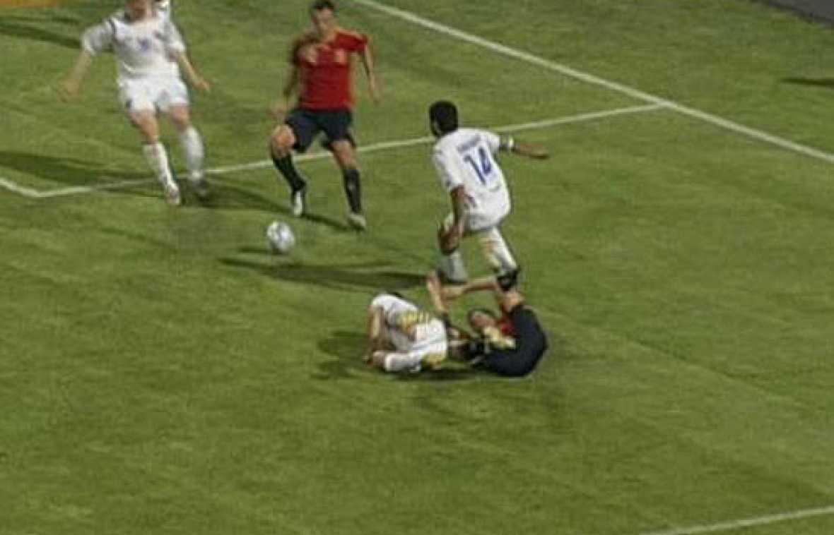 Penalti sobre Cesc Fábregas, que ha tenido que ser sustituido con una brecha en la cabeza, y Villa ha hecho su 'hat-trick'.