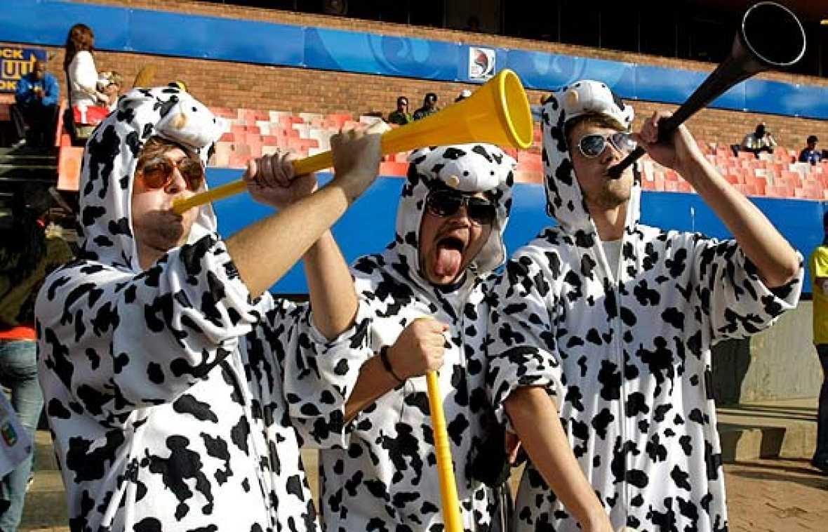 En Sudáfrica están de moda las 'vuvuzelas', una especie de trompetas, con la que los aficionados ensordecen el campo.