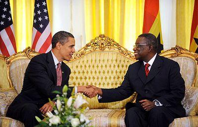 Barack Obama ha visitado Ghana, en un viaje con el que pretende promover la democracia en África.