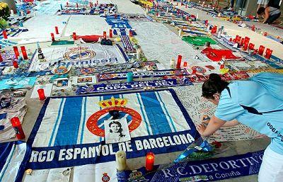 El médico y el delegado del Espanyol intentar agilizar los trámites para la repatriación del cuerpo de Dani Jarque. Mientras, en la puerta 21 del estadio de Cornellà-El Prat continúan los homenajes.