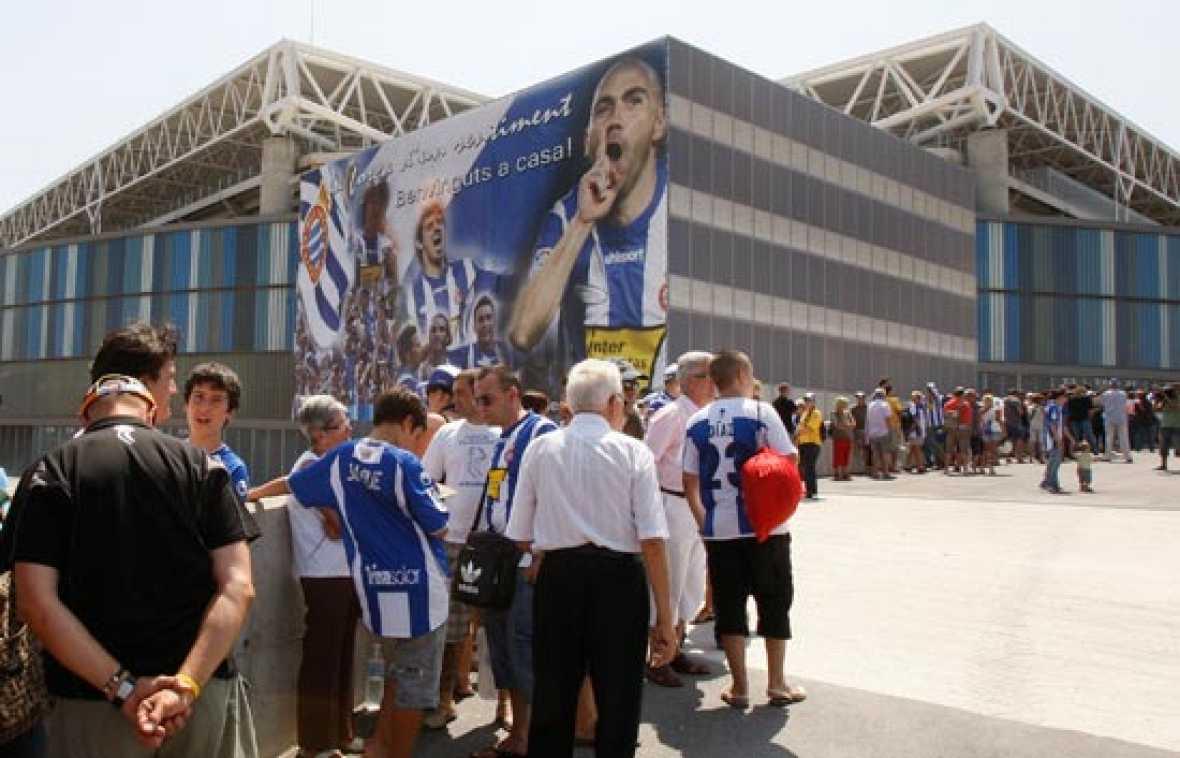 El cadáver de Jarque llegó esta madrugada a Barcelona después de duros trámites para agilizar su repatriación. Miles de aficionados se han acercado a la capilla ardiente del jugador, instalada en el estadio de Cornellà-El Prat.