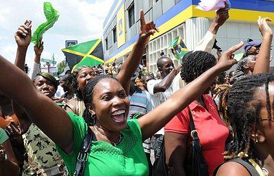 El triunfo y el nuevo récord de Usain Bolt se ha celebrado de forma especial en Jamaica. Sus paisanos siguieron la carrera a través de una pantalla gigante situada en el centro de la capital, Kingston.