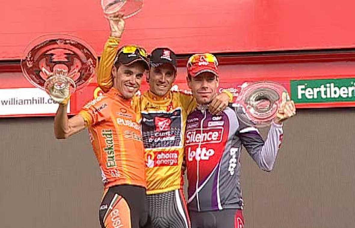 Los tres componentes del podio de la Vuelta a España: Valverde, Samuel Sánchez y Evans, escuchan el himno de España en honor al ganador, el murciano Alejandro Valverde