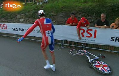 El corredor británico Bradley Wiggins ha sufrido un pinchazo durante la disputa de la contrarreloj de los Mundiales de Mendrisio, en la que ha ganado el suizo Fabian Cancellara.