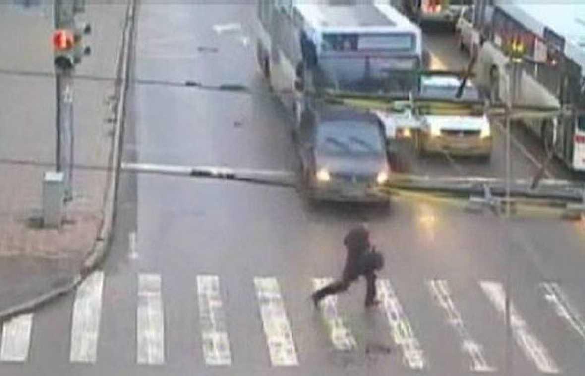 Un autobús urbano fuera de control provoca el caos en una ciudad rusa, donde un peatón por los pelos se salva de ser atropellado.