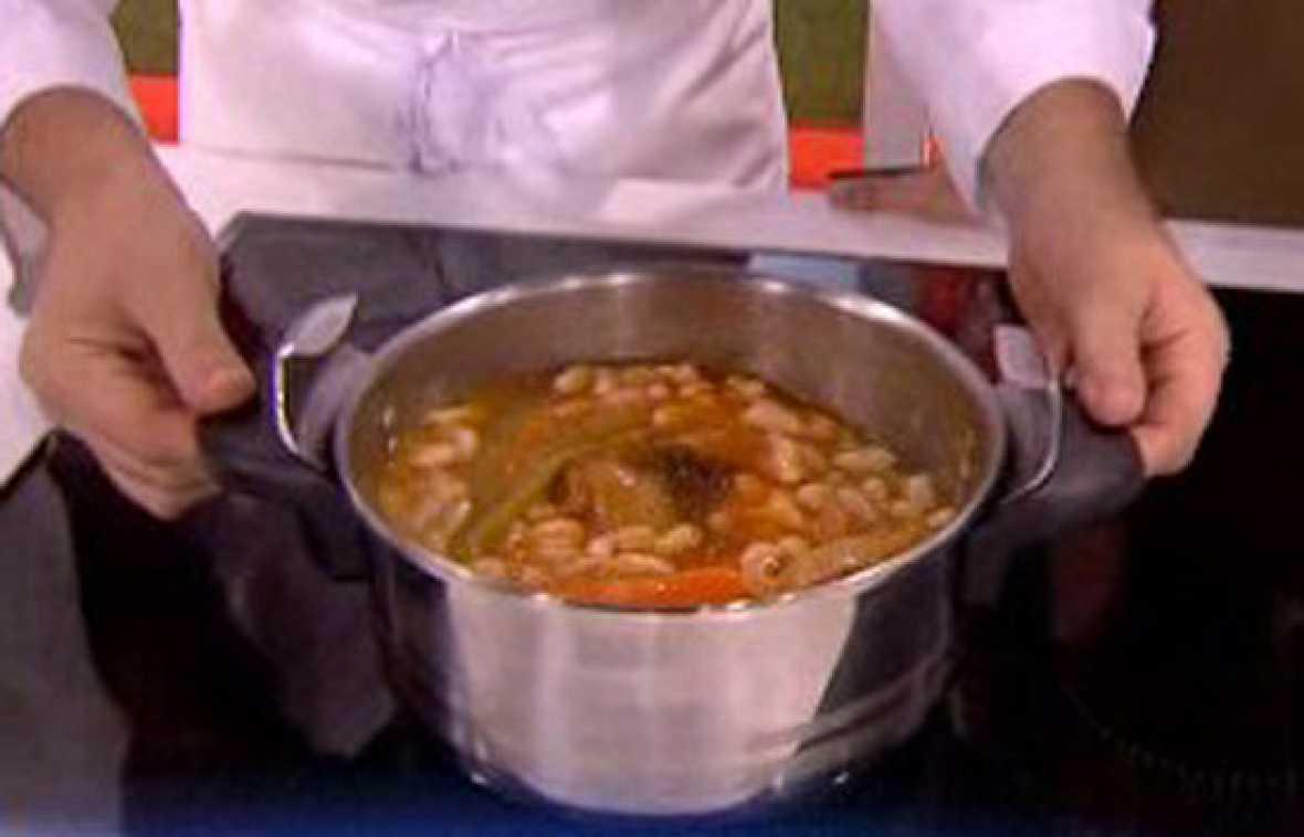 Saber cocinar jud as blancas con codillo y patatas for Cocinar judias blancas