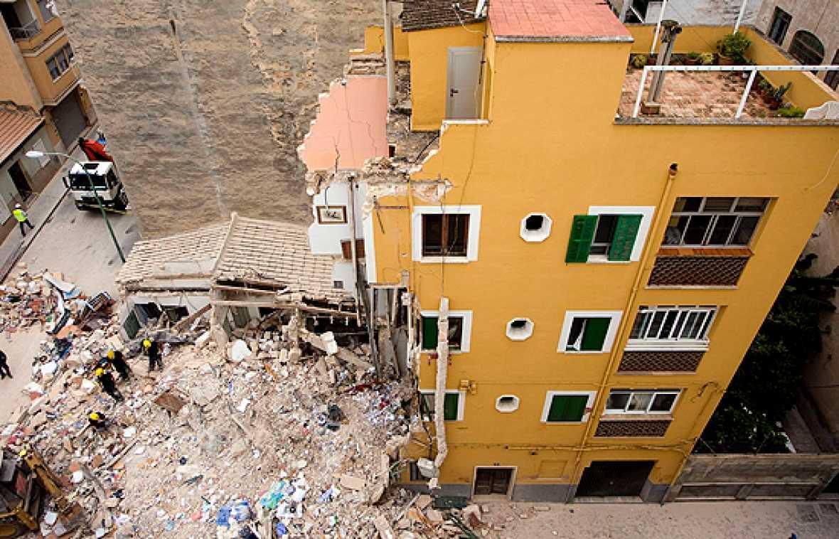 Los peritos del Ayuntamiento de Palma de Mallorca recogerán este martes muestras de las tres plantas del edificio derrumbado.