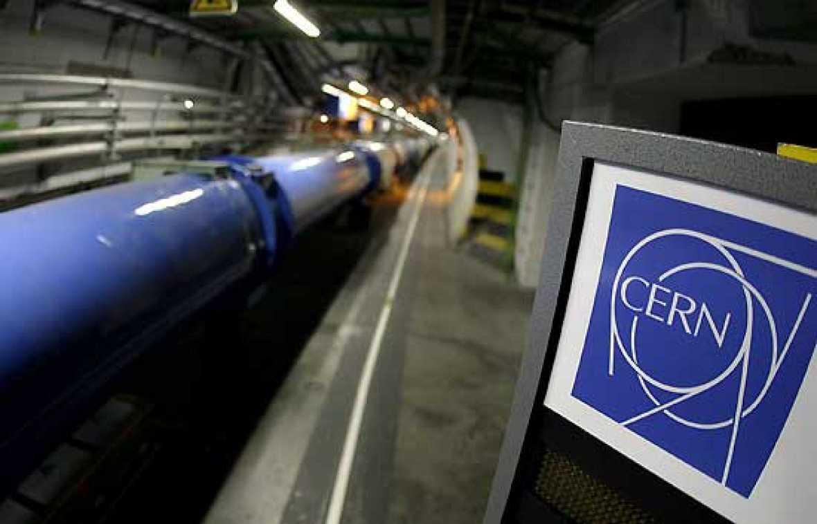 El mayor acelerador de partículas del mundo vuelve a estar en funcionamiento en Ginebra, tras más de un año de retraso por una avería.Por los 27 kilómetros de circunferencia del acelerador circulan hoy ya protones en dos direcciones. Todavía a veloc