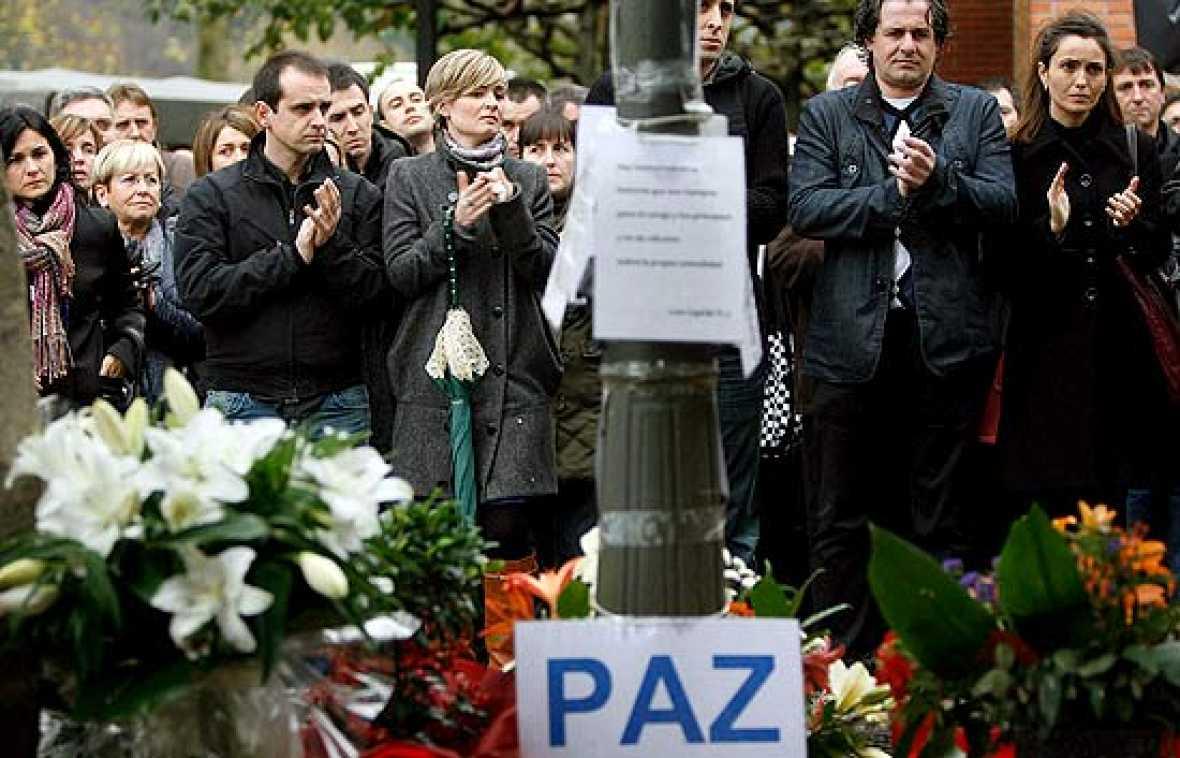 En el primer aniversario del asesinato del empresario Ignacio Uría, su familia y sus amigos han guardado un minuto de silencio por su memoria, acompañados por el lehendakari Patxi López y otros representantes institcionales, como la presidenta del P