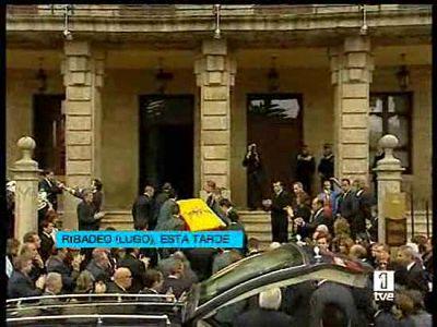 Los restos mortales del primer presidente de la democracia fallecido, Leopoldo Calvo Sotelo, descansan ya en Ribadeo (Lugo). Por expreso deseo del ex presidente, Ribadeo le ha dado el último adiós.