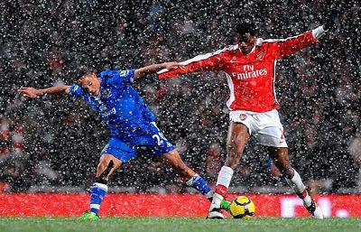 Sólo dos partidos ha permitido el temporal que se jueguen este sábado. En ambos partidos, tanto Arsenal como Manchester United han empatado sus enfrentamientos.