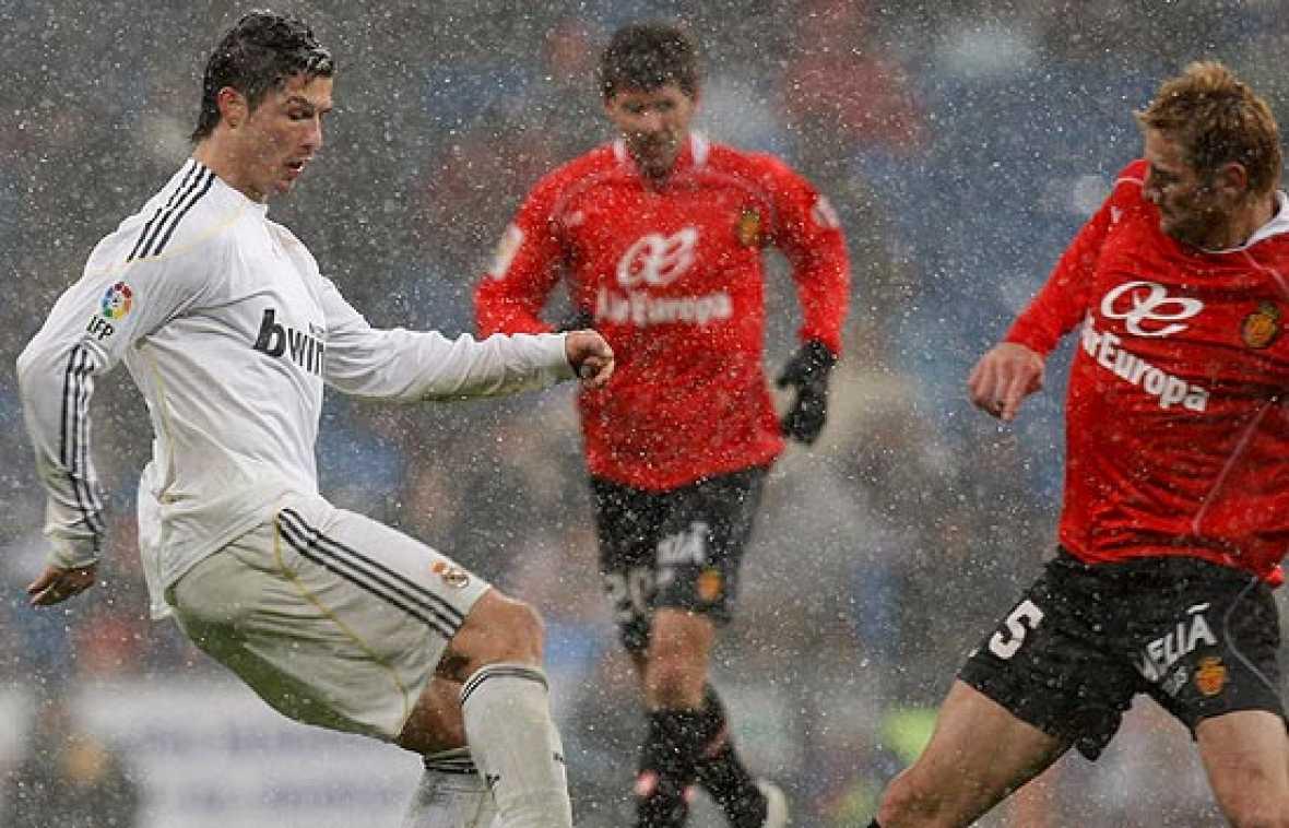 El Real Madrid se impone con facilidad al Mallorca bajo la nieve. Higuaín y Granero fueron los autores de los goles.