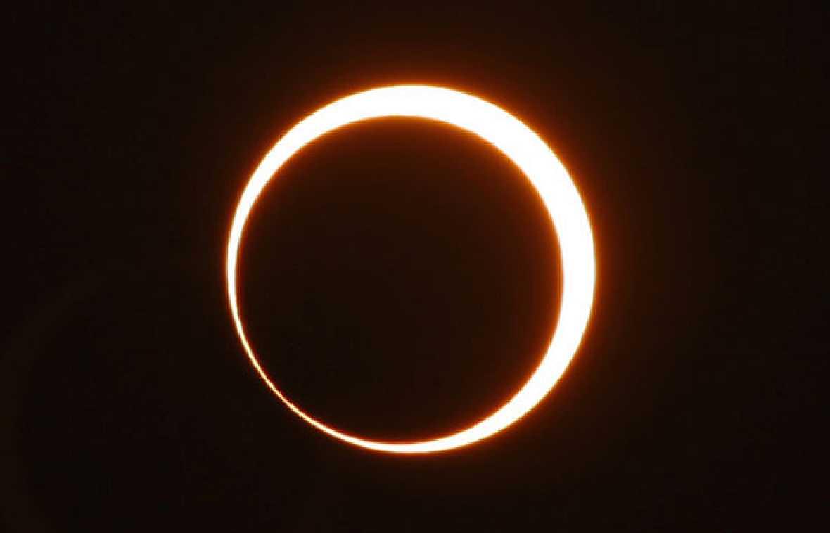 El eclipse anular de sol más largo del siglo ha durado más de once minutos. Se pudo ver desde la mayoría de los países del Sudeste Asiático y África.El fenómeno, que sucede cuando la luna se interpone entre la tierra y el sol sin cubrir por completo