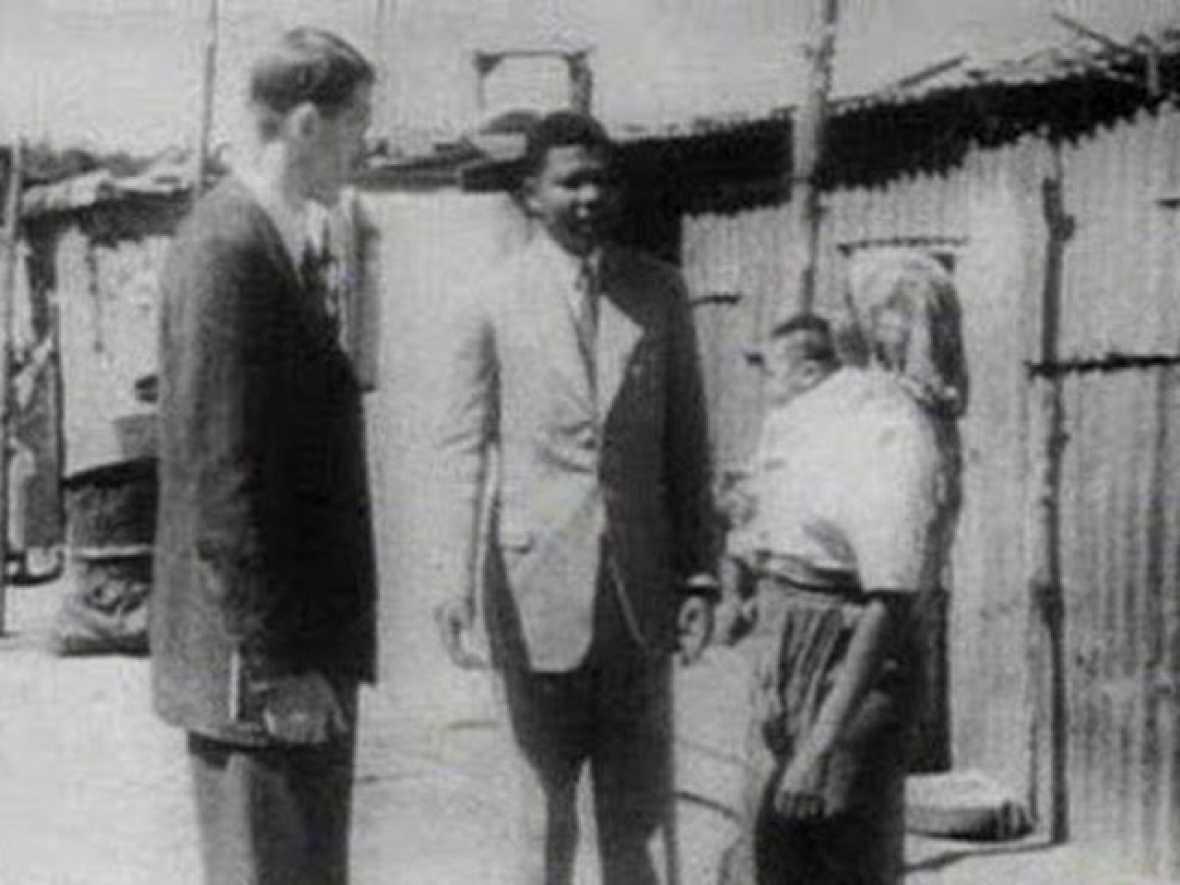 Nelson Mandela nació el 18 de julio de 1918 en una familia relativamente acomodada. Y lo hizo en una país donde el color de la piel marcaba el destino de los hombres. Aún así, sus padres consiguieron que Mandela estudiara Derecho