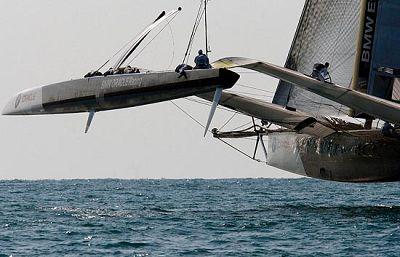 El trimarán americano se lleva la primera regata del desafio de la Copa del América.