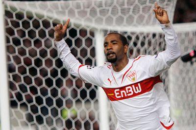 El brasileño nacionalizado alemán Cacau pone por delante al Stuttgart con un golazo de cabeza al rematar un balón largo al segundo palo de Victor Valdés.