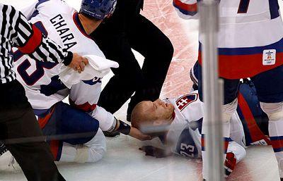 El jugador de hockey eslovaco Lubos Bartecko sufrió este miércoles un escalofriante placaje durante el partido que enfrentaba a su equipo ante la selección de Noruega, que acabó con la victoriad e eslovenia 3-2.