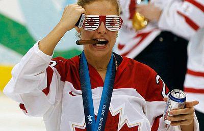 Las jugadoras de hockey del equipo candiense celebraron su medalla de oro sobre la pista de hielo nada más finalizar el partido.