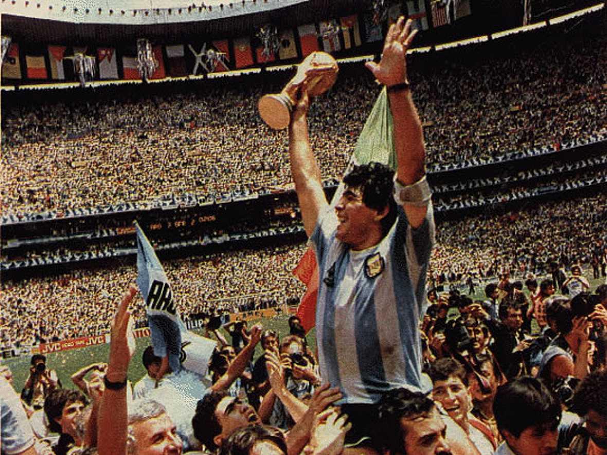 El segundo Mundial que organizaba México se recordará por la inolvidable actuación de Maradona. El 10 de la albiceleste se encargó casi él sólo de llevar a Argentina la Copa de los Campeones.